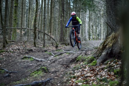 Um die Laufräder angemessen zu testen haben wir absichtlich auf die Hindernisse drauf gehalten.