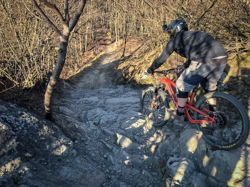 Auf den knackigen Trails in Finale ist guter Grip auf dem Pedal essentiell.