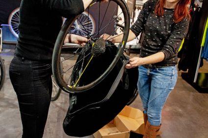 Laufräder verschwinden in den Laufradtaschen