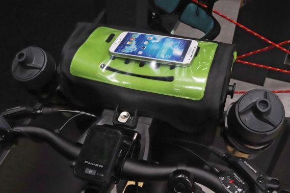 Das Handy liegt geschützt in dem Touchscreen kompartiblem Klarsichtfach