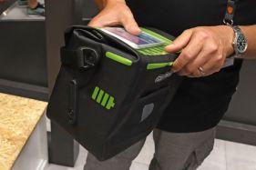 Die E-Glow Tasche kann durch den Trageriemen unkompliziert transportiert werden