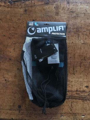 Die Amplifi MKX Knieschoner in ihrer Verpackung