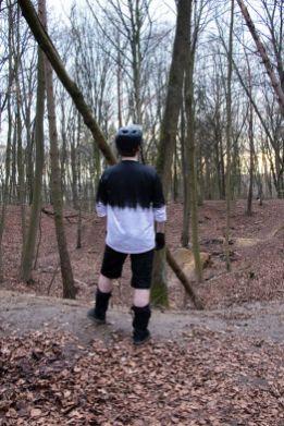 Zum Bergauffahren lassen sich die Knieprotektoren auch gut heruntergezogen am Knie tragen.