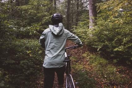 Die Jacke reicht weit über den Hintern