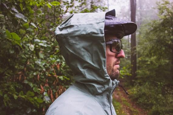 Die Kapuze bietet viel Platz, um sie problemlos über den Helm zu ziehen