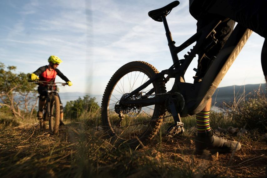 Dank dem E-Motor lassen sich auch E-Mountainbikes mit viel Federweg bergauf fahren