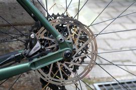 Auch Pannen müssen beim Taunus Bikepacking eigenhändig behoben werden.