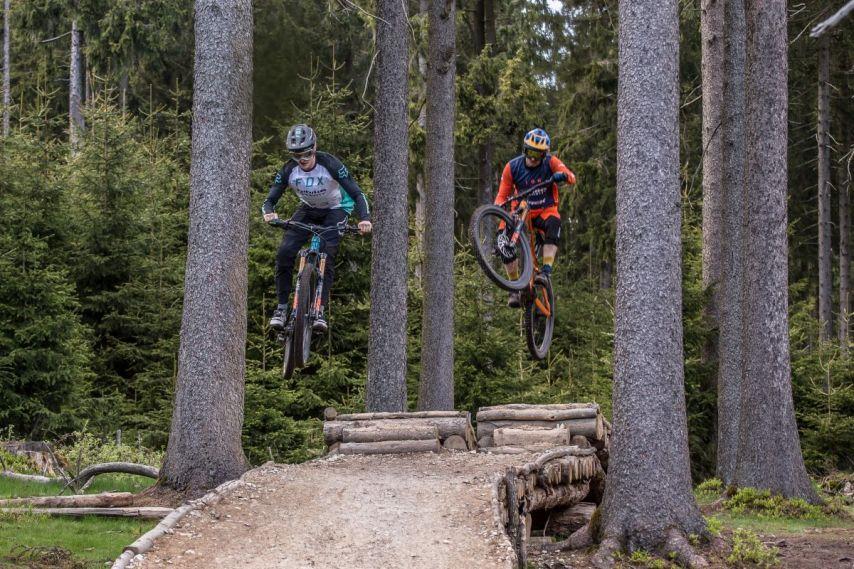 Zwei Teamfahrer, ein Sprung