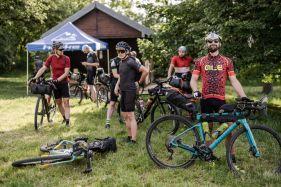 Mit- statt gegeneinander: Das ist Taunus Bikepacking! - Foto by Nils Laenger