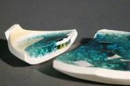 Pare-brise dans semi-grès, semi-porcelaine et fils de cuivre fondus dans email - cône 6 en oxydation