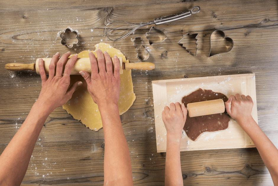 criancas-fazendo-biscoito
