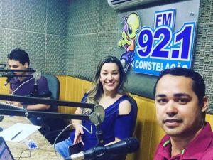 Camila Toscano dando entrevista na constelação FM (Guarabira)