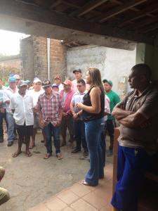 Prefeita Elissandra Brito (DEM) dialogando com os agentes de limpeza