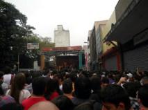 Cantora Céu se apresentou no palco da rua 25 de março
