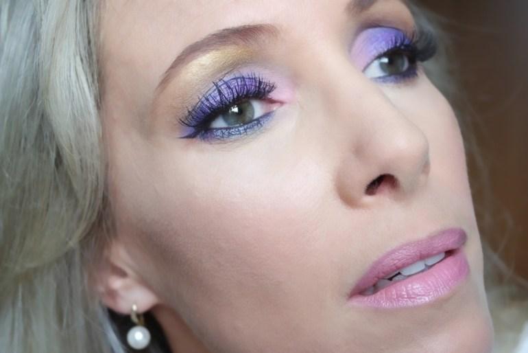 moça loira maquiagem roxa azul dailus