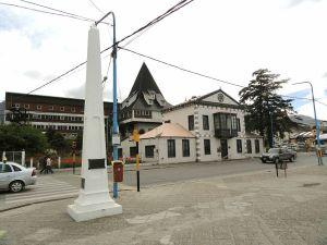 1024px-Ushuaia_monumento_e_museu