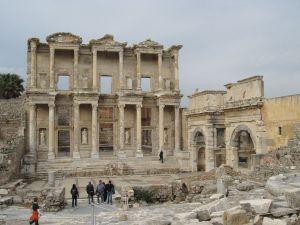 1280px-Bibliothek_des_Celsus