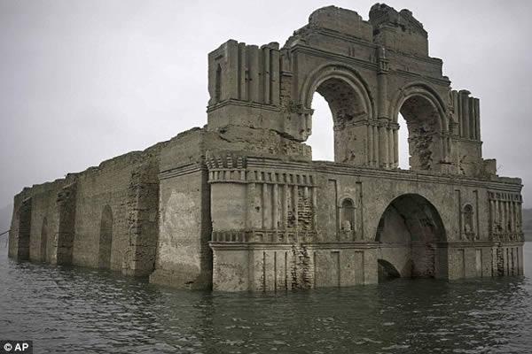1-1uma-igreja-de-400-anos-que-surgiu-das-aguas-de-uma-represa-secando-no-mexico