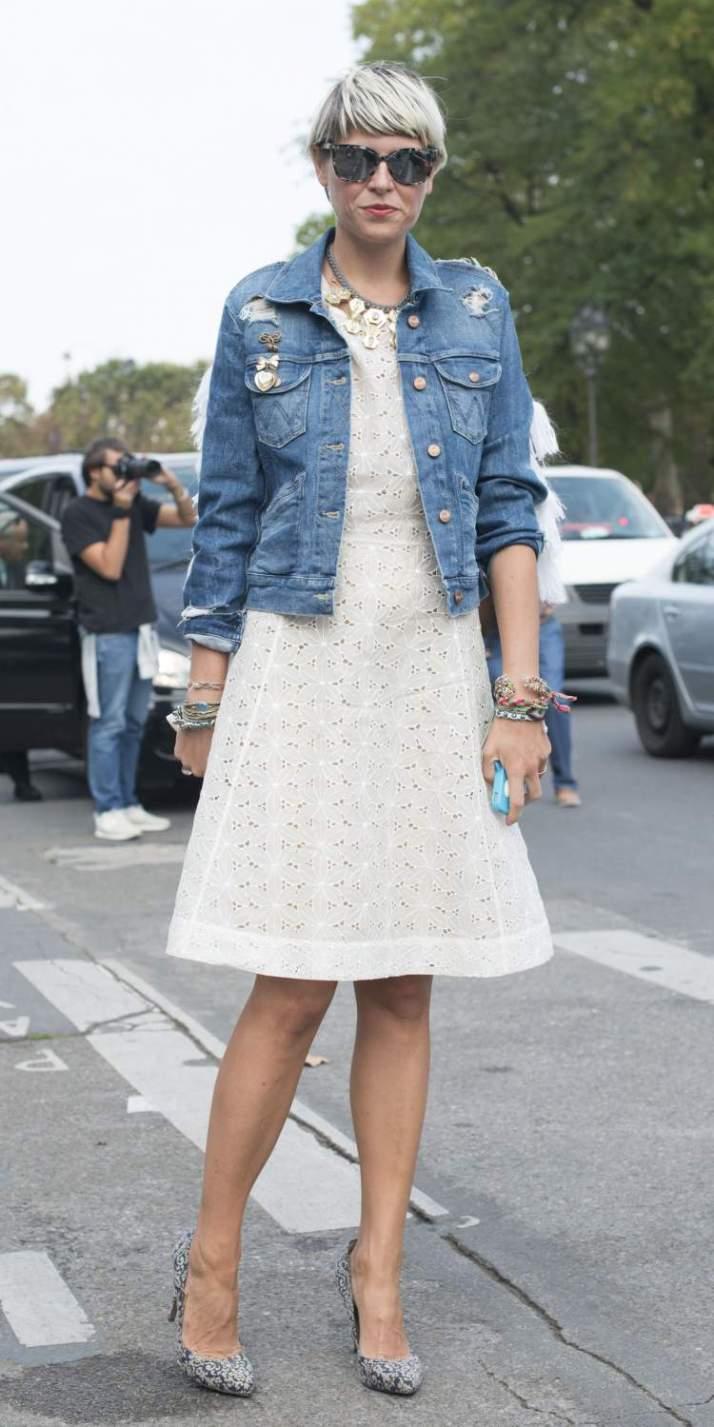 jaqueta-jeans-por-cima-do-vestido-branco