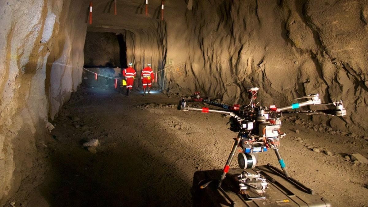 Drone sendo operado em uma mina subterrânea. (Fonte: Youtube)