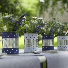 Blumen in der Dose: Blau-weiß gemusterte Bordüren ? aus Papier, Geschenkbändern oder Stoffresten ? machen simple Konservendosen zu originellen Blechvasen für den Gartentisch, die zumindest einen Sommer lang halten