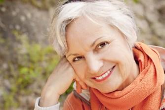 mulher-idosa-sorrindo-feliz-cabelos-brancos-assumidos-curtos