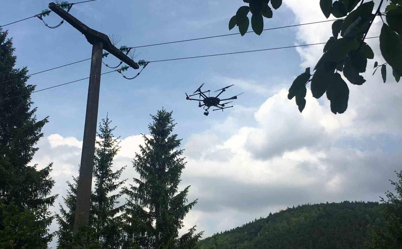 Diagnose und Wartung von Strommasten Drohnen Action