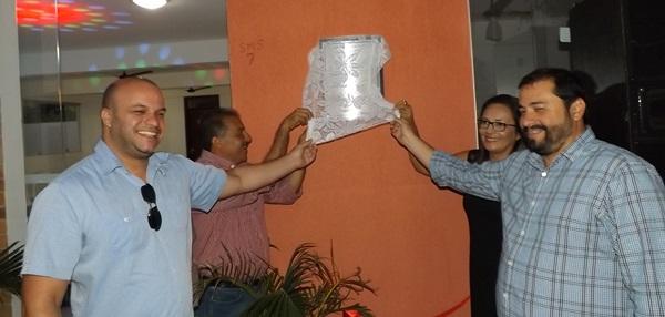 Momento dos descerramento da placa pelo prefeito, secretária de assistência Social e representantes da empresa eólica