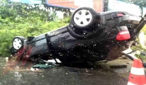 Carro do zagueiro capotou e bateu em um poste na madrugada desta quarta-feira na Rota do Sol.(Foto: Diego Simonetti)