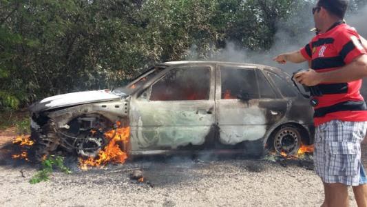 Veículo encontrado em chamas com corpo carbonizado(foto: 190 notícias)