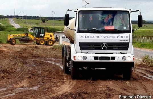 Carro Pipa da Prefeitura de João Camara também deu suporte no na obra. Ao fundo a Motoniveladora da Prefeitura de Taipu.