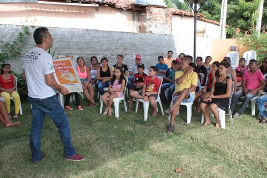 Marco Miranda conversa com crianças, jovens e adultos