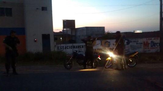 PM realiza abordagens na entrada da cidade de São Paulo do Potengi(Foto: Vandinho Amaral)