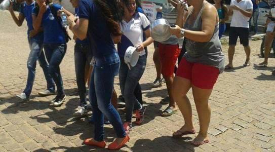 Estudantes universitários em Touros fazem caminhada de protesto com panelaço