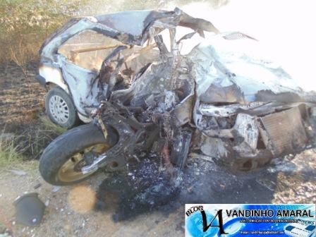 Moto e carro pegara fogo e vítimas morreram carbonizadas(Foto:Vandinho Amaral)