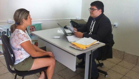 Simone Ananias Bezerra sendo atendida pelo advogado Hugo Leonardo OAB/10036