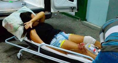 Mulher atingida por um tiro na perna  sendo socorrida