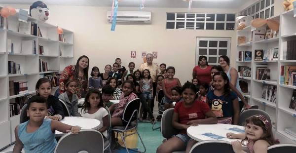 Prefeito Louvado visita nova biblioteca do município