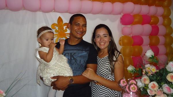Júlia com os pais Robson e Juliana
