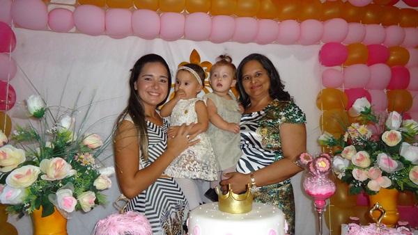 Júlia com a mãe Juliana e Helena com a tia Lucineide