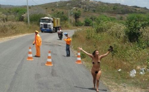 Mulher pelada em rodovia na divisa da PB com o RN