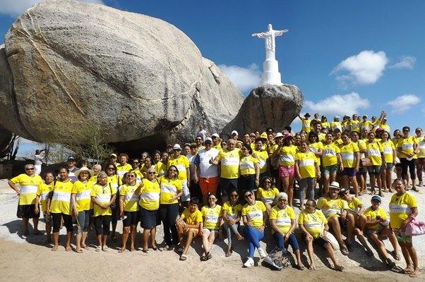 Integrantes do projeto Viver a Vida visitam a Casa de Pedras na fazenda Cardoso