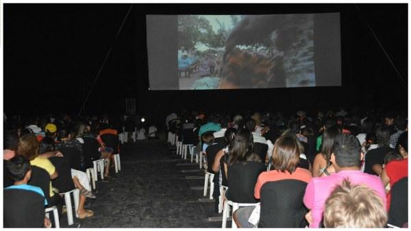 Cinema ao ar livre e a beira da praia em São Miguel do Gostoso(Fotos: André Correia)