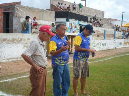 Manoel Carlos(de boné vermelho) ao lado do secretário de Esportes Benê Alves no Anacletão