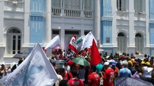 Servidores da prefeitura de Natal fazem protesto