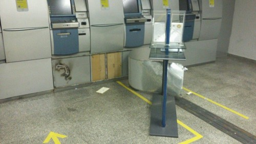 Criminosos usaram maçarico para arrombar caixa eletrônico