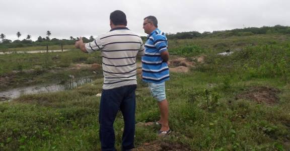 Vereador Holderlin  e o secretário de obras Ariudson Targino no local do problema