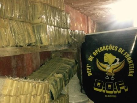 Tabletes de maconha escondidos em carga de amido de milho (Foto: DOF/ Divulgação)