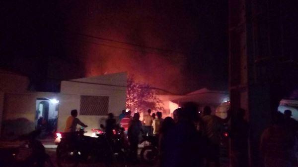 Muitos curiosos observam o veículo pegando fogo