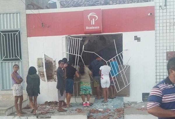 Explosão destruir o terminal eletrônico do Bradesco